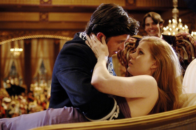 Giselle và Robert trong bộ phim Disenchanted