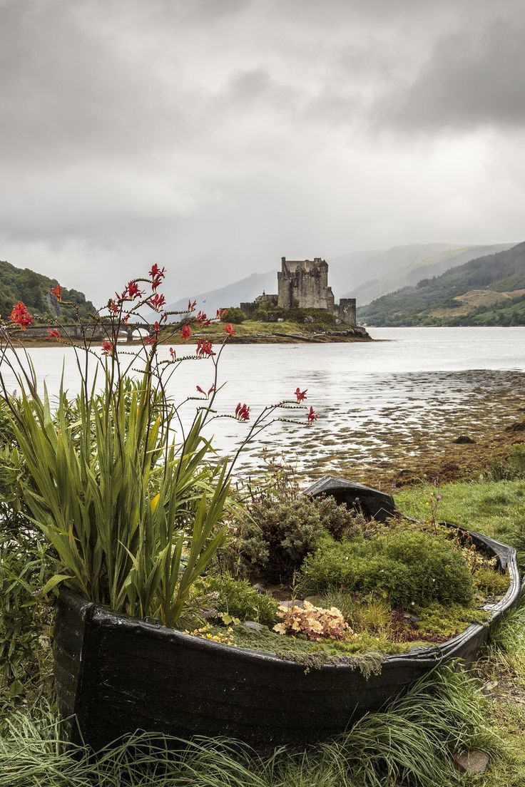 Eilean Donan - View of Eilean Donan castle near Dornie in the scottish highlands #castles