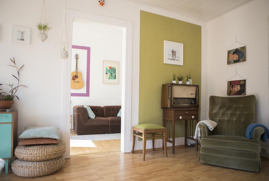Vintage mit Farbe Altes Radio und gemütlicher Sessel vor grüner