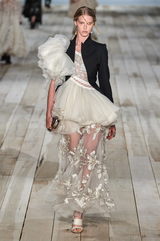 Alexander McQueen Spring 18 Ready-to-Wear Collection - Vogue