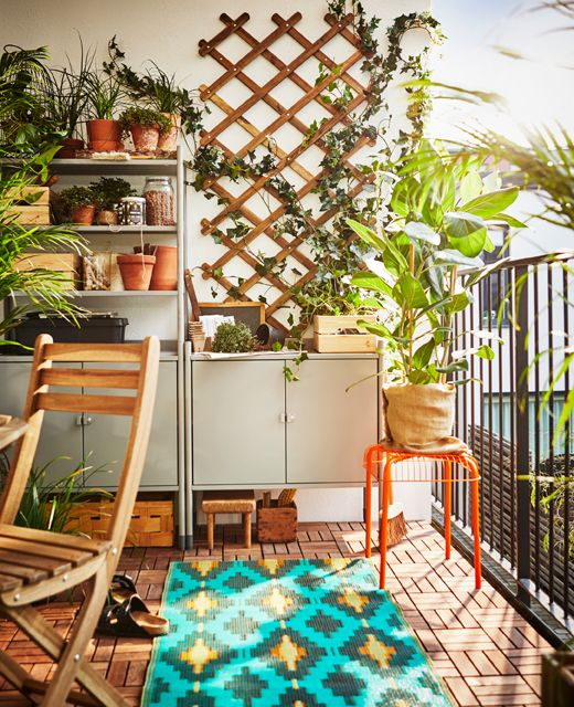 Stellingkast Op Een Balkon Als Opbergruimte En Werkplek Om Te Tuinieren Rangement Balcon Ikea Balcon Plancha Exterieur