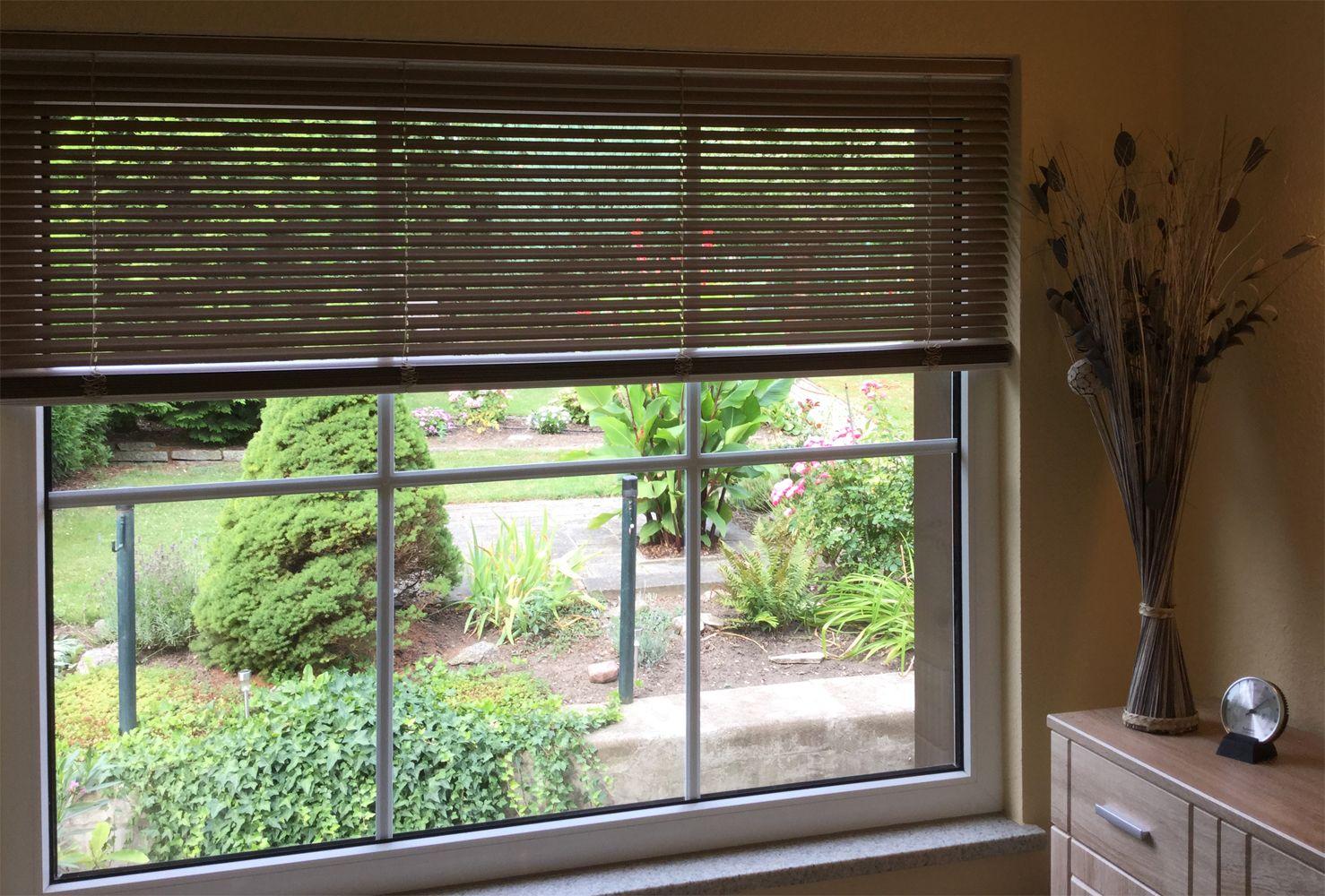 braune jalousien nach ma am wohnzimmer fenster ein. Black Bedroom Furniture Sets. Home Design Ideas
