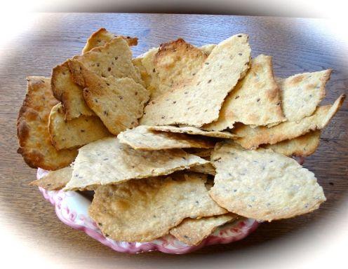 Für das Knabbergebäck die trockenen Zutaten vermischen. Butter und Wasser langsam einkneten bis ein geschmeidiger Teig entsteht. Sollte der Teig zu