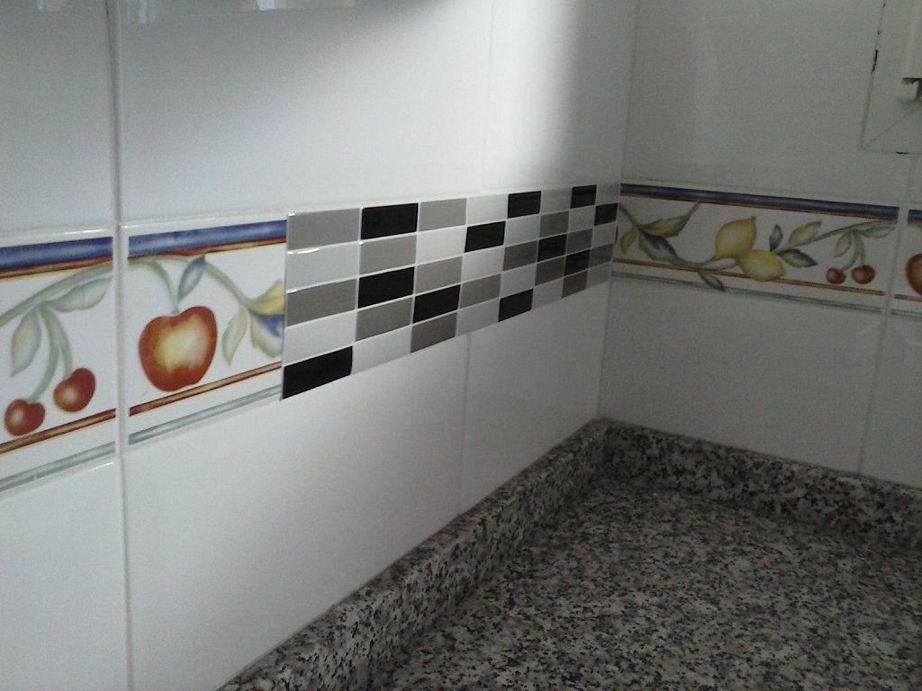 10 trucos para renovar tu cocina sin hacer obras cenefa - Tapar azulejos sin obra ...