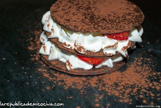 Milhojas de chocolate con fresas y nata