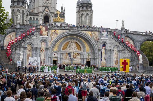 Lourdes, France:) 1er jour du pélerinage national 2014