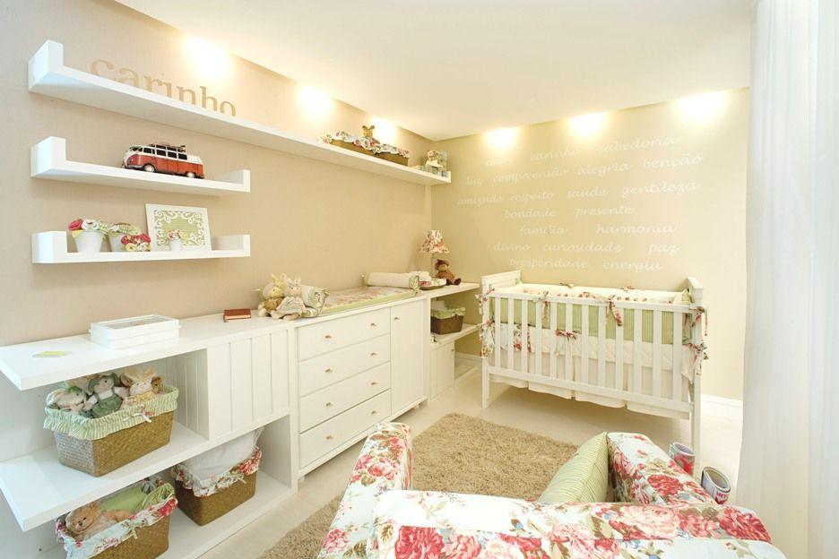 Quarto-de-bebe-planejado-para-com-prateleiras-de-madeira Baby