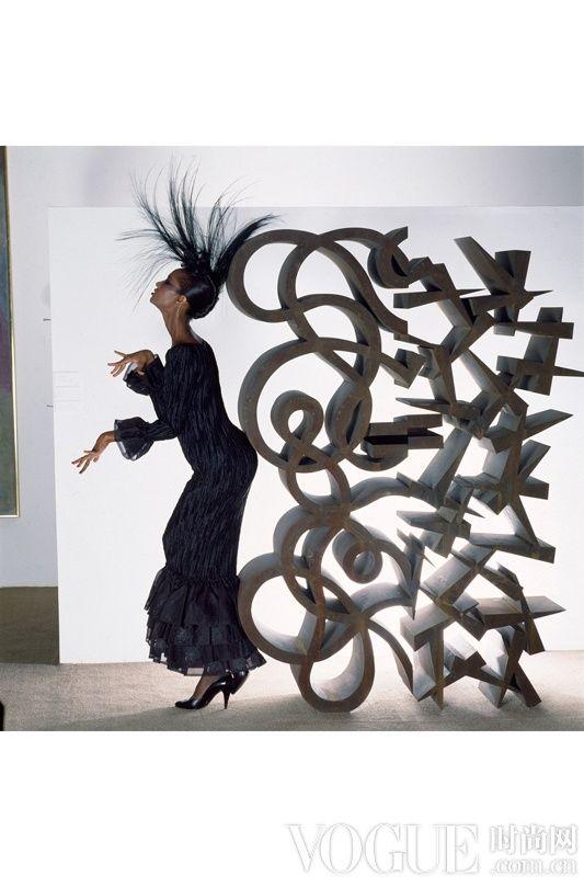 模特Iman Abdulmajid在Lucas Samaras的雕塑作品 Stiff Box #12 旁边摆出摄影姿势。拍摄于1982年,佛罗里达州Palm Beach附近的Patrick Lannan基金会。  图片来自Corbis/? Norman Parkinson Ltd