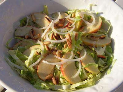 MENU: Frisk salat med spidskål og æbler