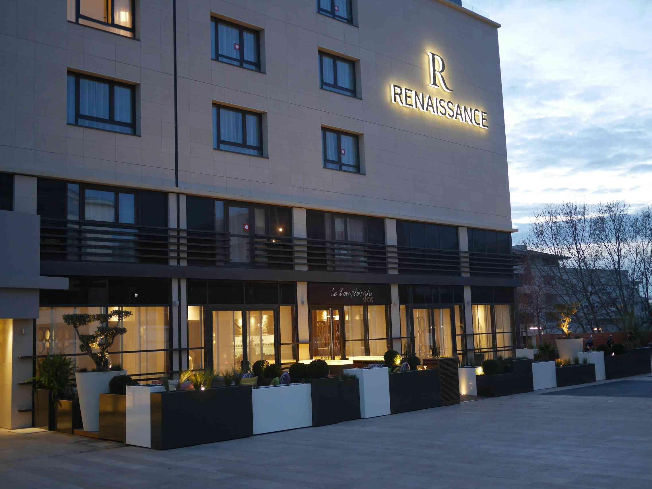 Archiclub La Terrasse De L Hotel Renaissance A Aix En Provence Une Realisation Signee Yoran Morvant Du Studio Reflexi Aix En Provence Terrasse Banquettes