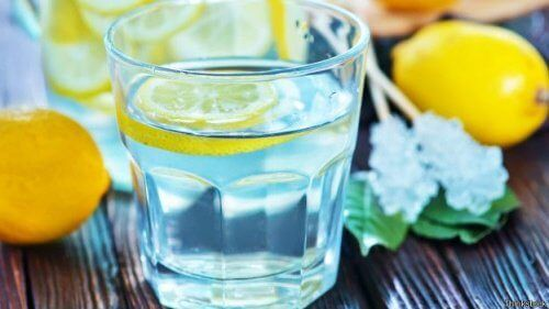 Sitruunavettä lasissa