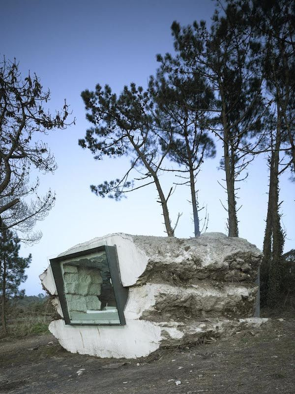 A Cosy Little Cement Cube Holiday Home That Was Hollowed Out By A Cow Designtaxi Com Architectuur Kleine Huisjes Gebouwen