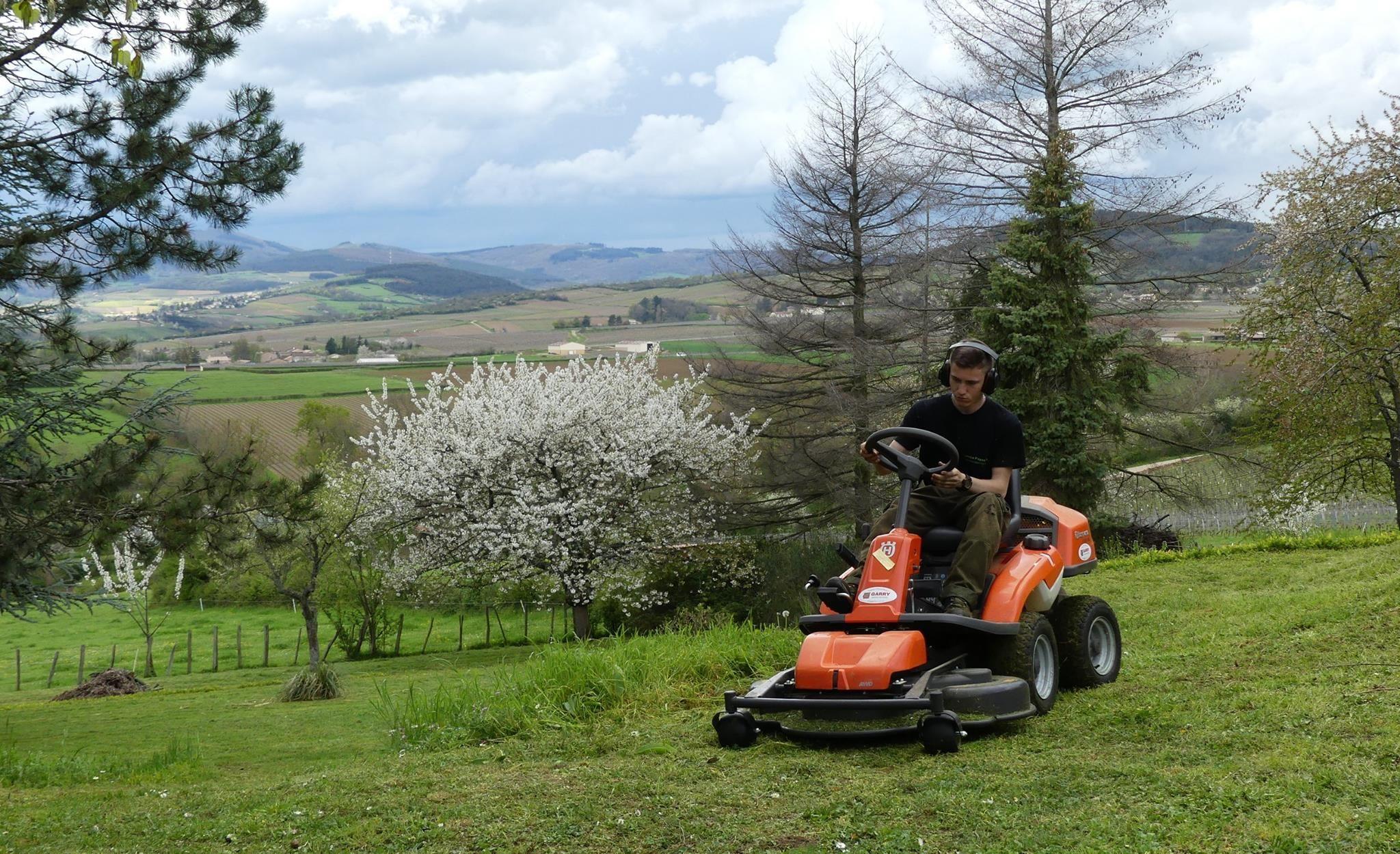 Jo A La Manoeuvre Avec Le Rider 4x4 Paysagiste
