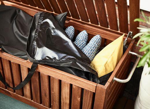 ikea bietet viele gut durchdachte balkonm bel wie z b pplar toster bank mit tasche f r. Black Bedroom Furniture Sets. Home Design Ideas