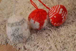 Neulottuja joulupalloja. Satunnaisesti puikoilla - käsityöblogi. #neulonta