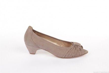 Fin damesko fra Gabor i brun nubuck. Da hælen er 4,5 cm, kan skoen bruges til både hverdag og fest. Skoen er klart pænest uden strømper/strømpebukser, da den er åben i snuden.