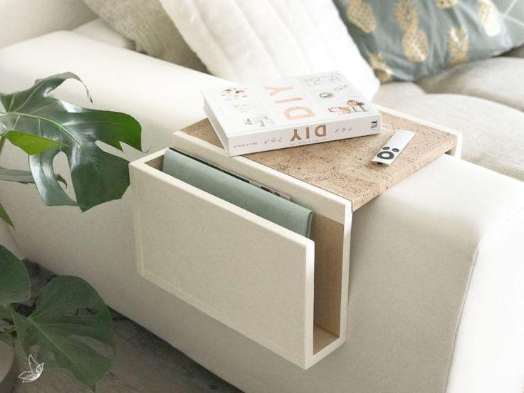 Do It Yourself Sofa Tablett In Kreideweiss Mit Kork Akzenten Diy Hanging Shelves Diy Home Decor Diy Table