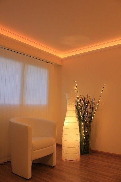 gemütliche Sitzecke mit Styropor Stuckleisten und LED Beleuchtung - wohnideen led