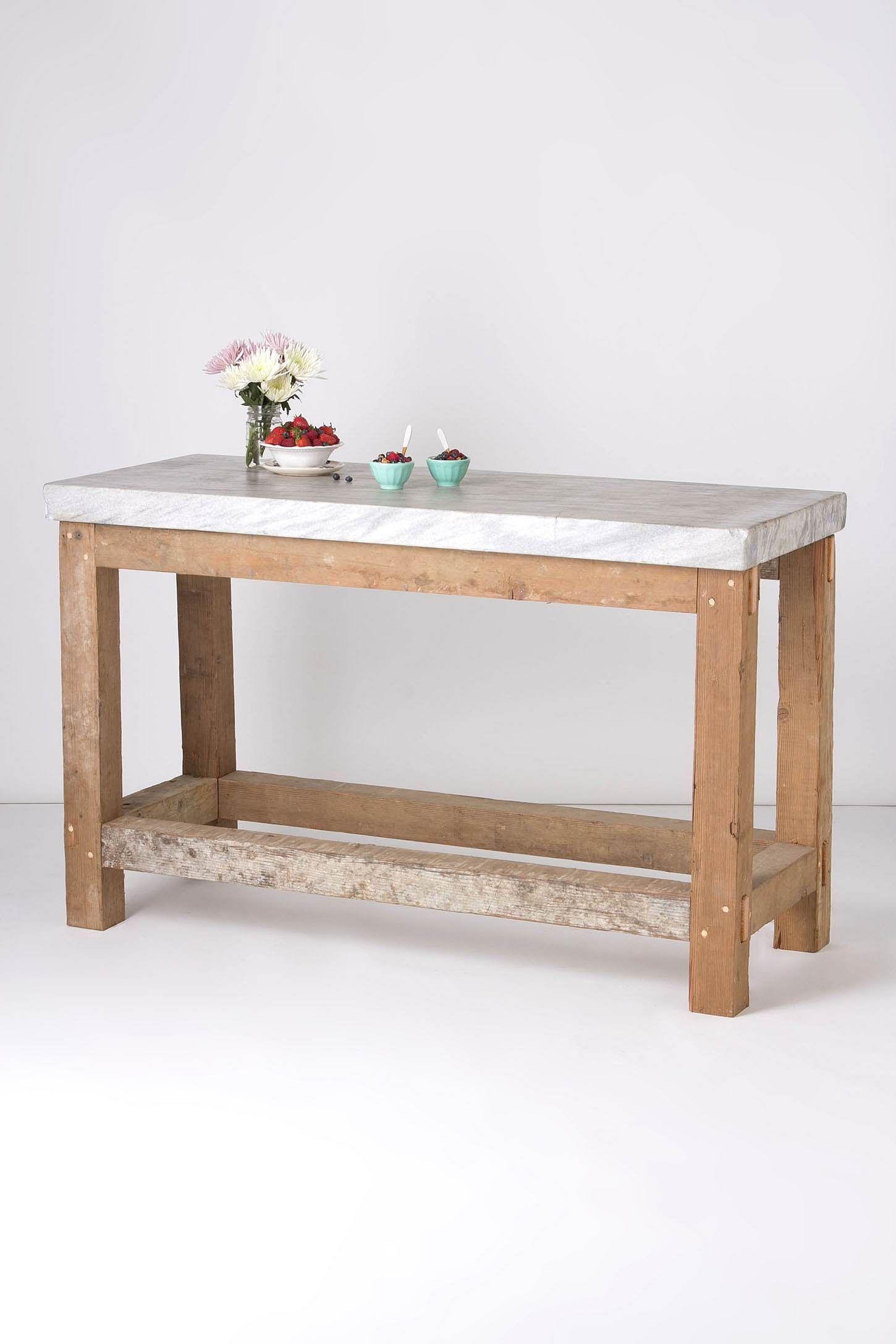 Tavolo da cucina con base in legno grezzo e piano in marmo ...