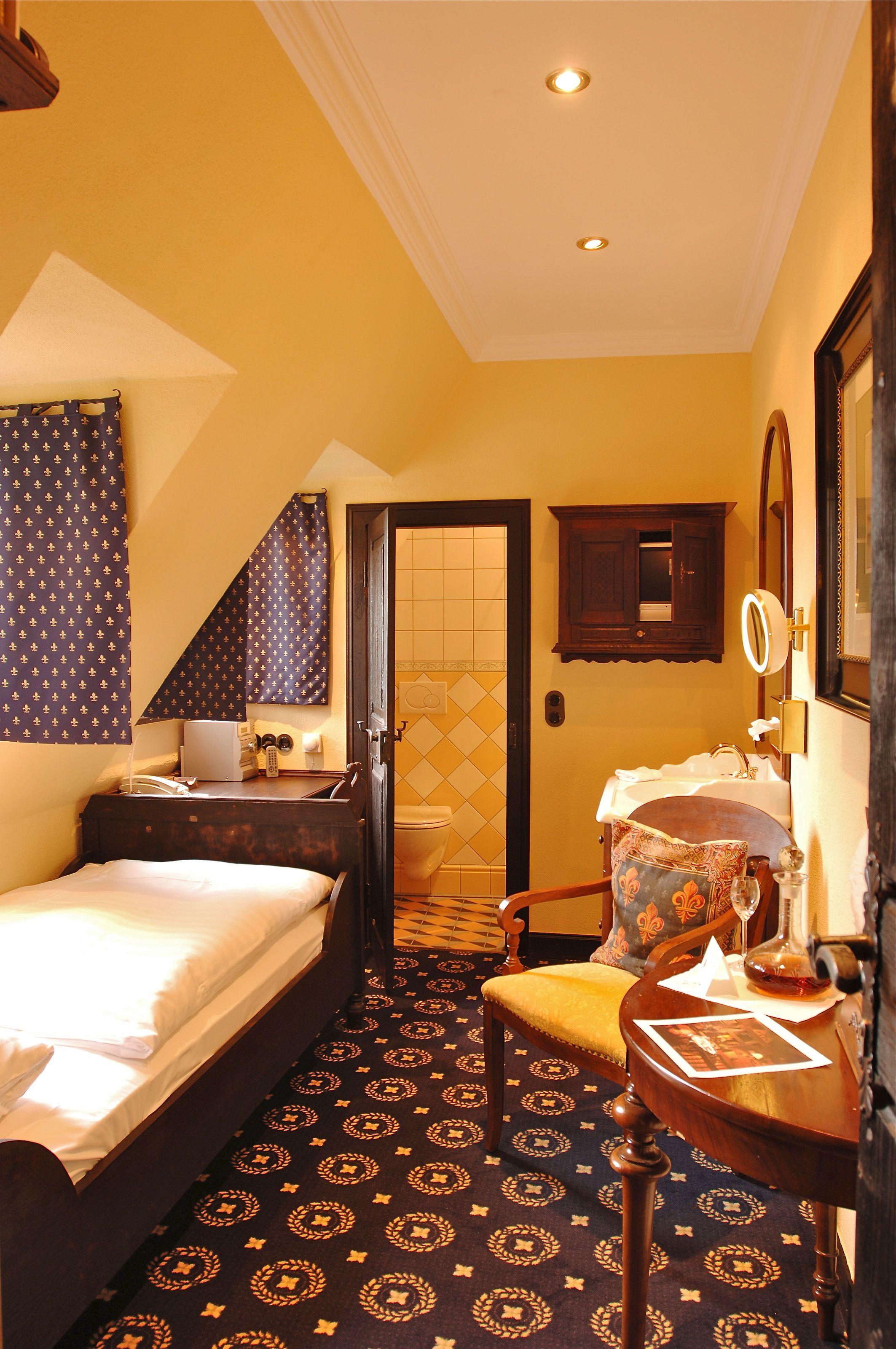 Minimalist Hotel Room: Einzelzimmer /single Room No. 19