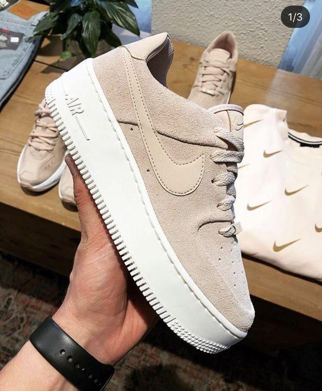 heno Delegación Espesar  Zapatos deportivos beige con plataforma. #básico | Zapatos nike mujer,  Zapatillas mujer nike, Zapatos deportivos nike
