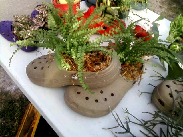 Http Img Jardineriaon Com Wp Content Uploads 2012 11 Crocs Maceta Jpg Clay Pots Garden Art Planter Pots