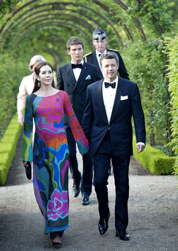 """Crown Prince Frederik of Denmark's glamorous wife Mary stood out with a """"Ao dai"""" from Vietnam."""