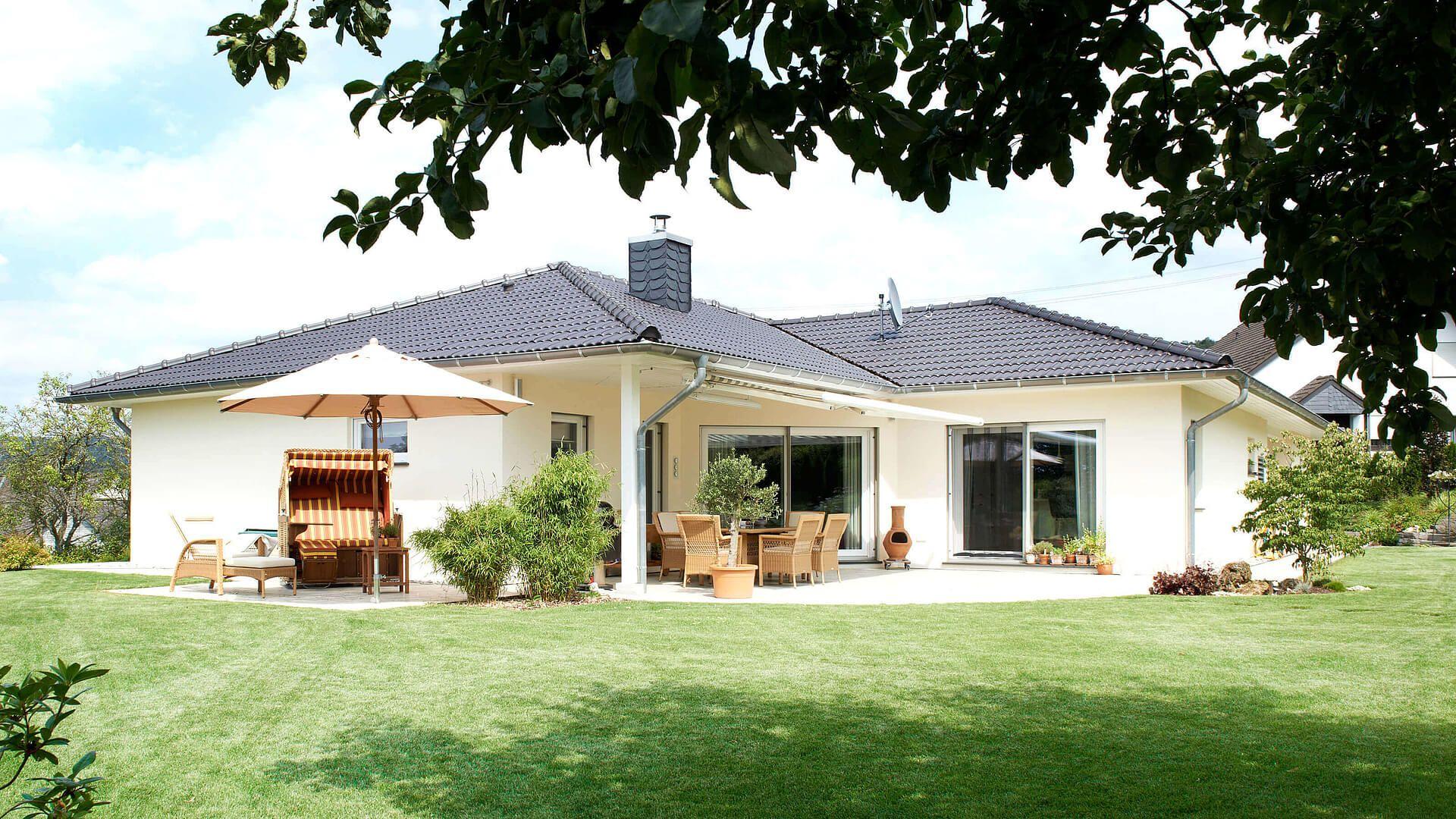 fingerhut bungalow einfamilienhaus hell verputzt schwarzes dach wei er dach berstand bodentiefe. Black Bedroom Furniture Sets. Home Design Ideas