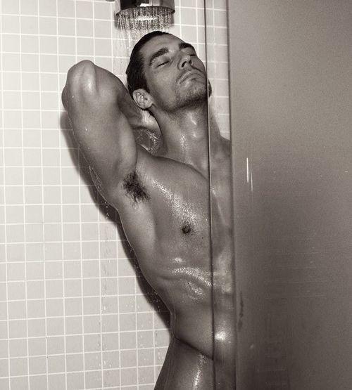 sexy Jungs in der Dusche