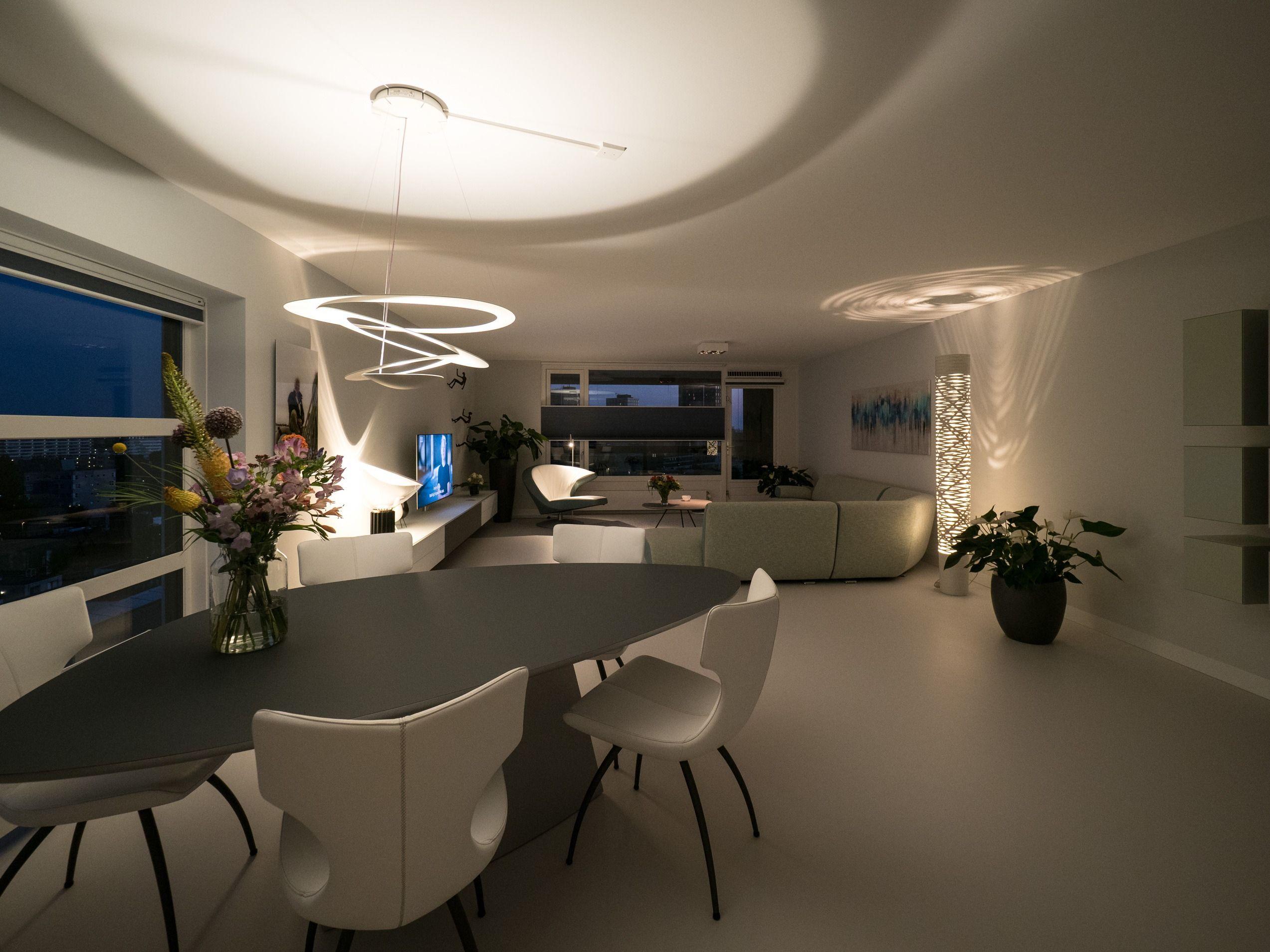 Strakke gietvloer in een stijlvolle woning met een modern interieur
