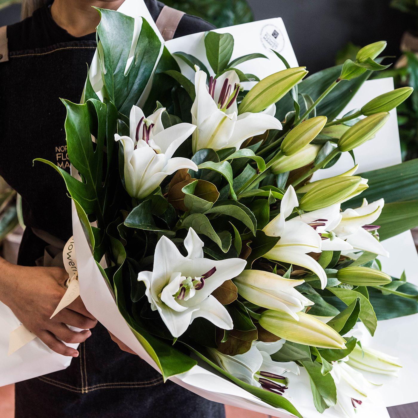 Красивые лилии в букете уход