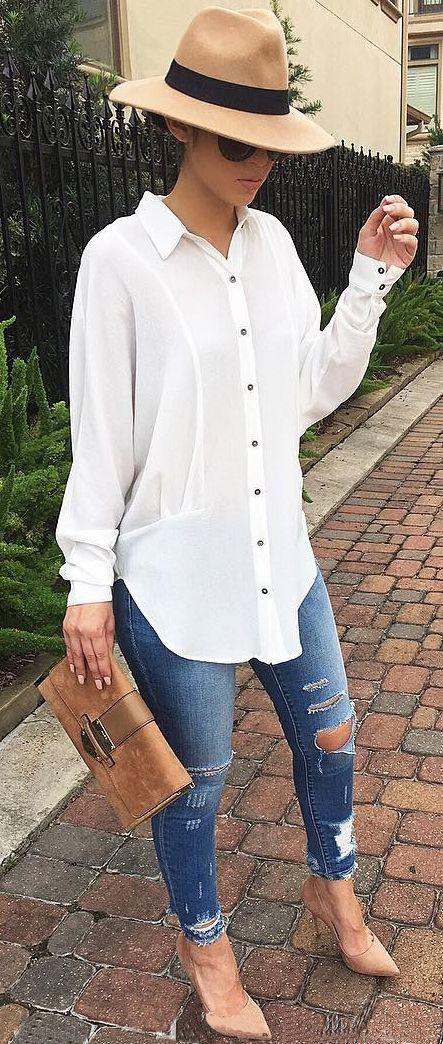 af1011d763 Blusa blanca de botones negros pantalón de mezclilla rasgado y tacones  nude