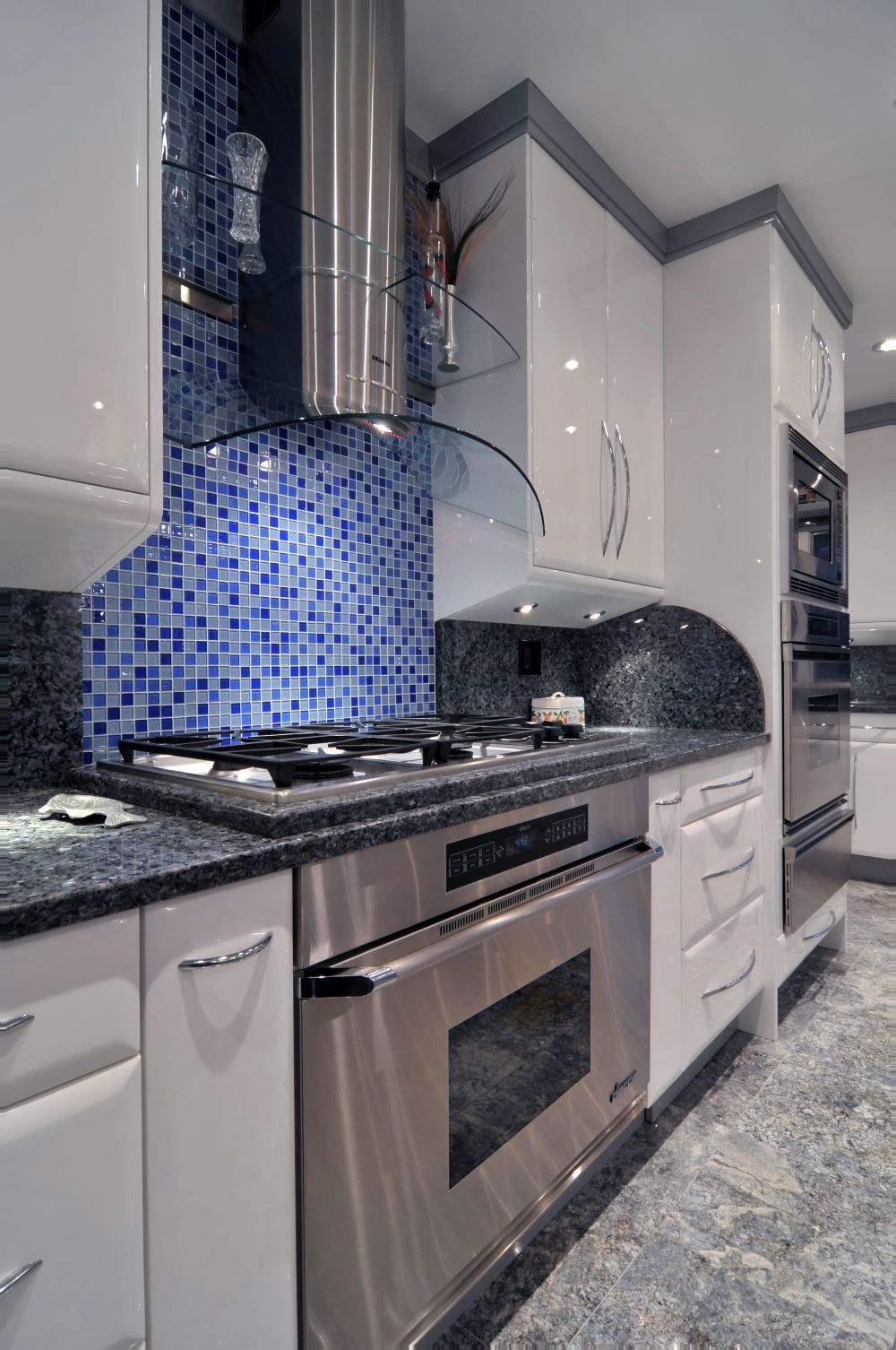Küchen design pop blue and grey glass tile mosaic adds pop behind stainless dacor