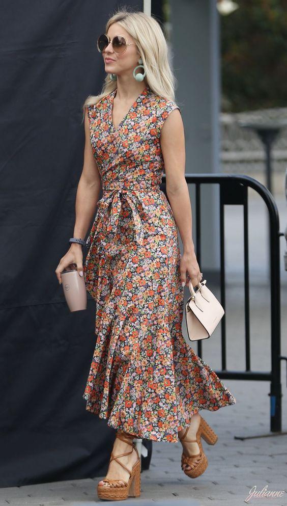 61fcc4da3 10 maneiras de usar vestido longo. Brinco de argolas, vestido com estampa  floral, micro bolsa, sandália plataforma marrom