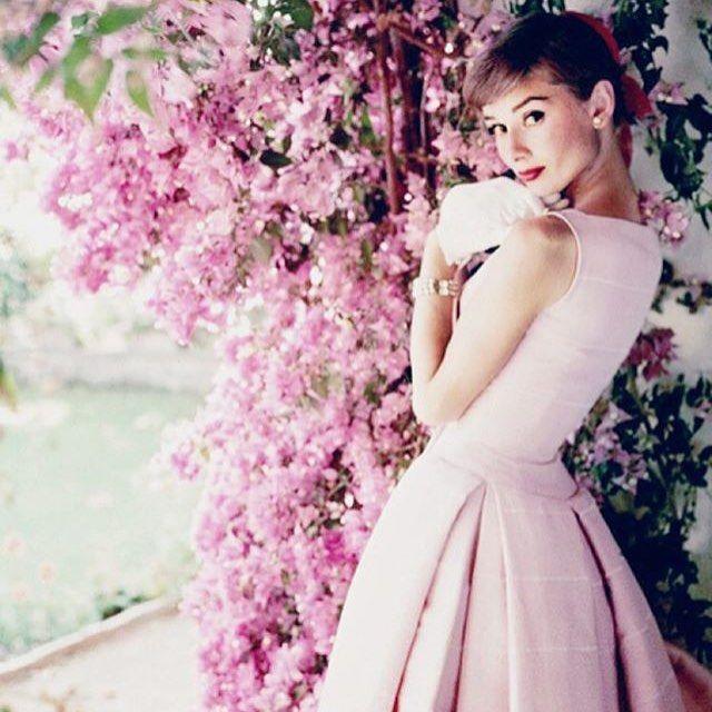 ピンクのドレスのオードリー・ヘプバーン