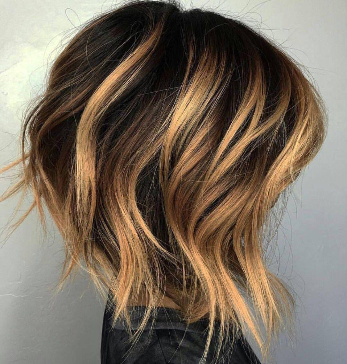 Kort haar brunette balayage haarkleuring.