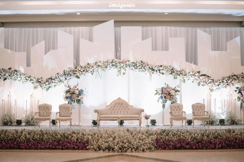 Resepsi Pernikahan Dengan Tema Dekorasi Putih 2019 Tempat Pernikahan Dekorasi Pernikahan Tradisional Pernikahan