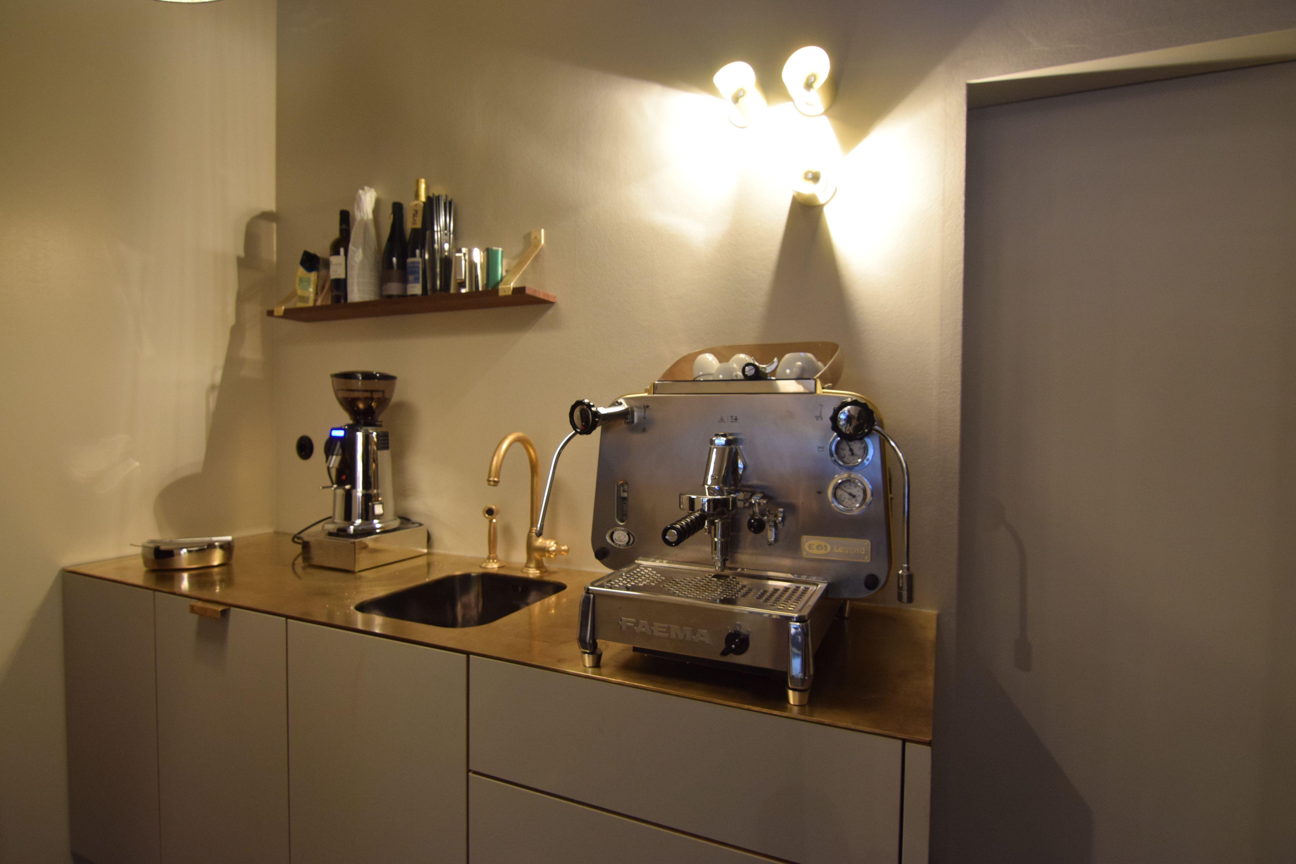 Küchenzeile mit Linoleumfront. Messing Arbeitsplatte, Wandboard