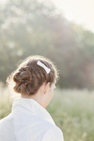 noni 2013 brautfrisur mit schleife im haar, bolero aus bestickter dupionseide mit kleinem kragen (www.noni-mode.de - Foto: Hanna Witte)