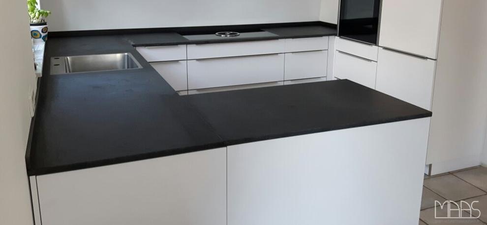 Küchenoberflächen granit und schiefer sind widerstandsfähige materialien und somit