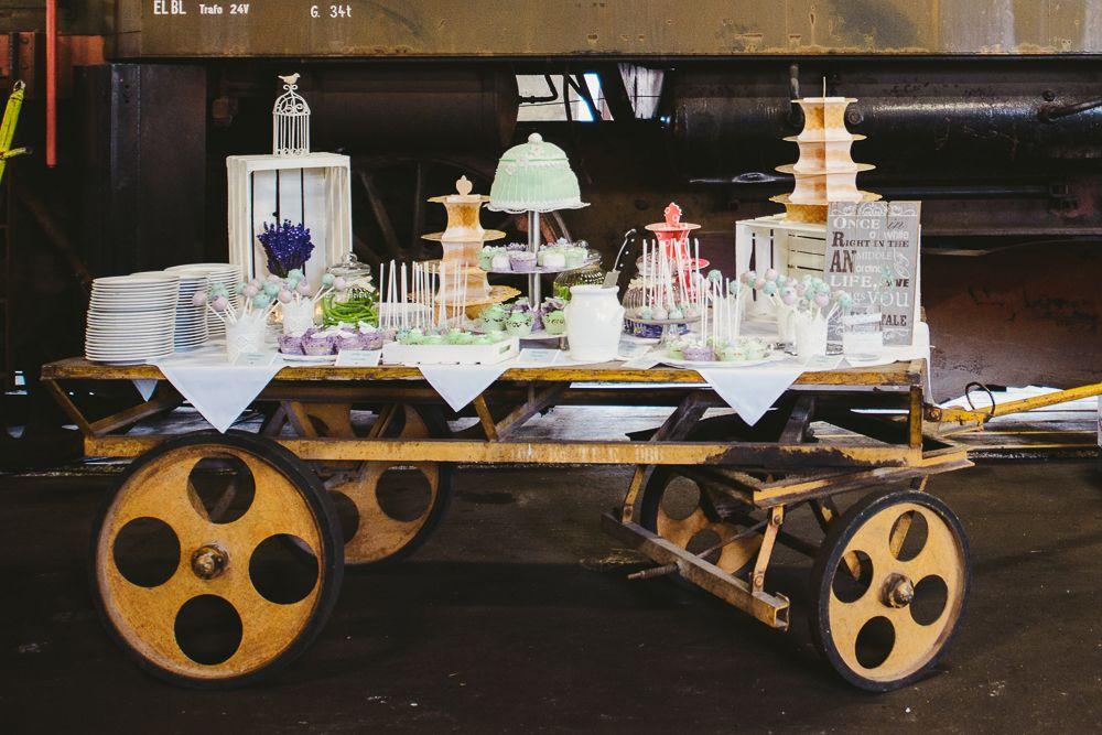 Industrie trifft Vintage: Romantische Hochzeit im Zugdepot | Hochzeitsblog - The Little Wedding Corner