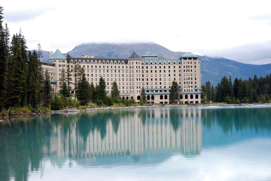 СКАЗОЧНАЯ ГОСТИНИЦА В ГОРАХ КАНАДЫ  Гостиница Fairmont Chateau Lake Louise – одна из самых интересных и оригинальных в мире. Отель, который почтили своим присутствием Альфред Хичкок, Мэрилин Монро и немало других известных личностей. Славится он не ультрасовременным дизайном и не набором уникальных услуг. Главное его достоинство – это месторасположение. Гостиница находится в национальном парке Банф – старейшем в Канаде. Парк охраняется ЮНЕСКО как ценное природное наследие человечества…
