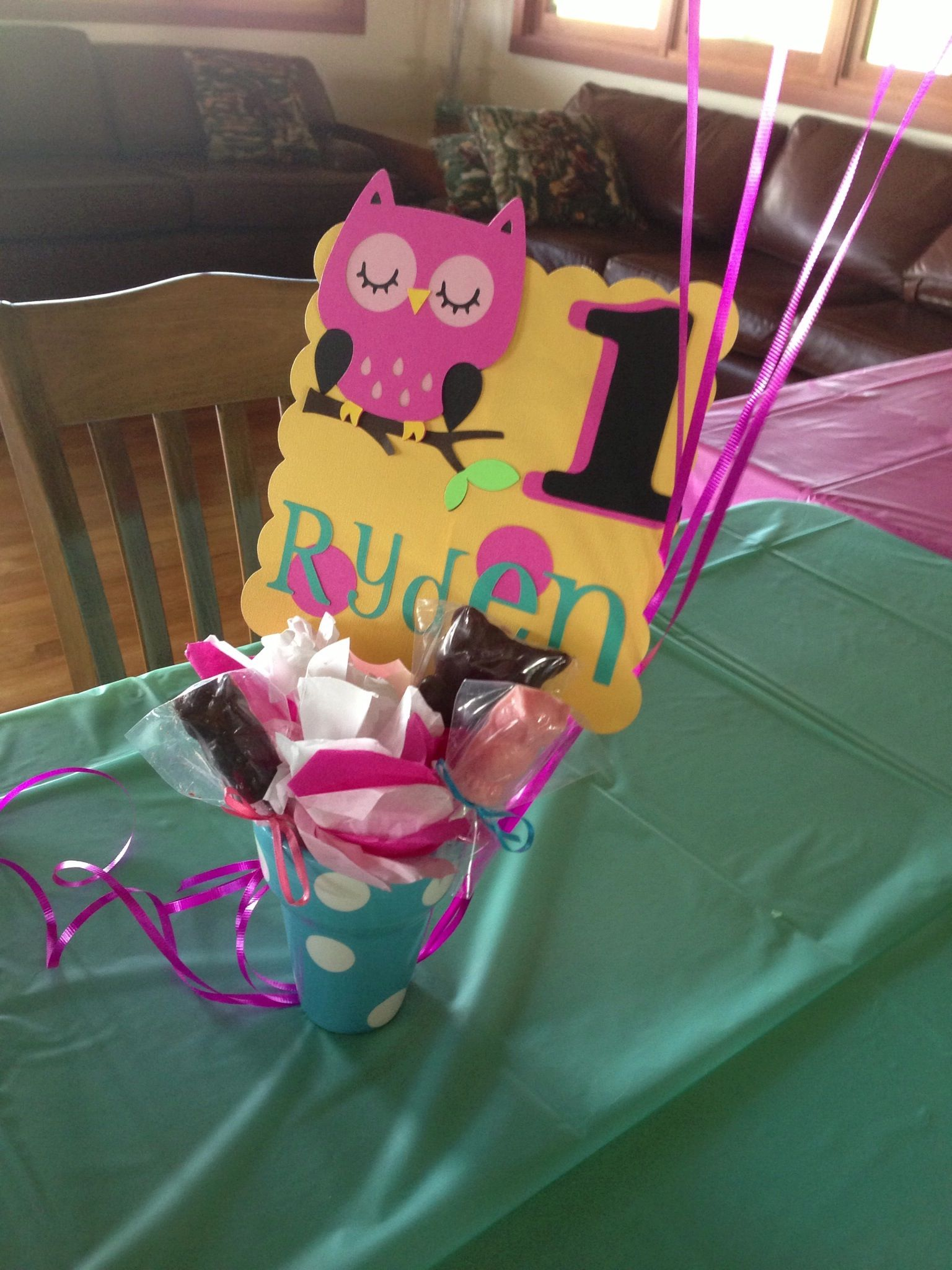 Centerpieces - owl signs with chocolate owl lollipops in white and dark chocolate in small flower planters/buckets #owlparty Rydens first birthday