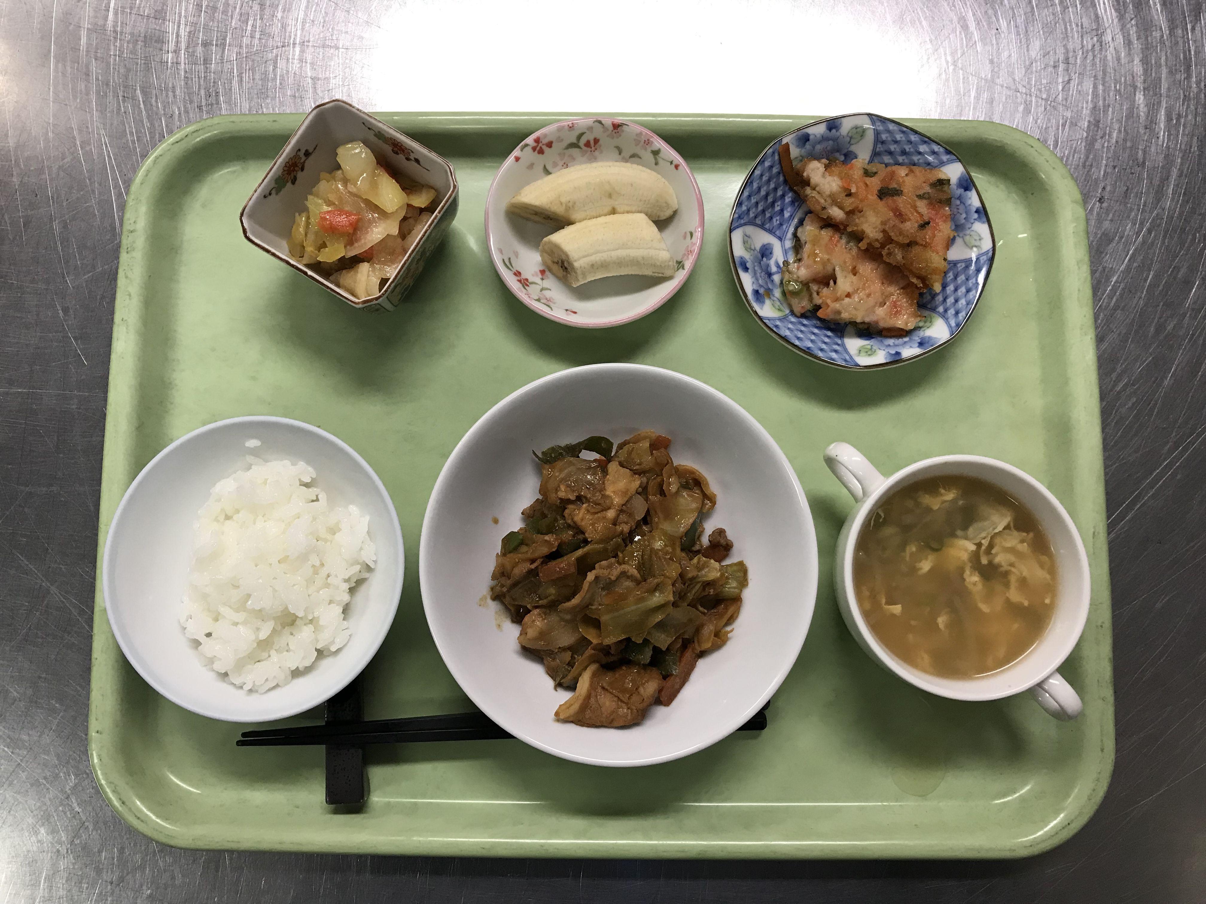 2月14日。回鍋肉、人参のちぢみ風、カブの中華風サラダ、椎茸と卵の中華スープ、バナナでした!回鍋肉が特に美味しかったです!613カロリーです