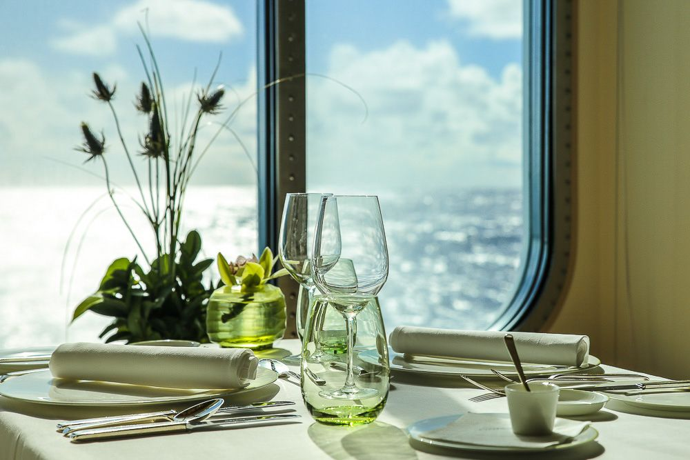 DINNER FOR TWO || Genießen Sie den Abend in einem der sieben Spitzen-Restaurants der EUROPA 2. || Celebrate dinner in one of seven high class-restaurants aboard EUROPA 2.  || MEMORABLE MOMENTS Eine Kreuzfahrt mit der EUROPA 2 / MEMORABLE MOMENTS A cruise with EUROPA 2. Foto: © Hapag-Lloyd Cruises