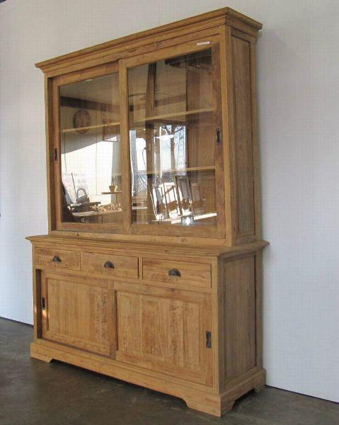 Mooie robuste teak kast met boven twee grote glazen schuifdeuren. In de onderkast zitten drie laden en twee dichte schuifdeuren. De kast heeft een ruw oppervlak