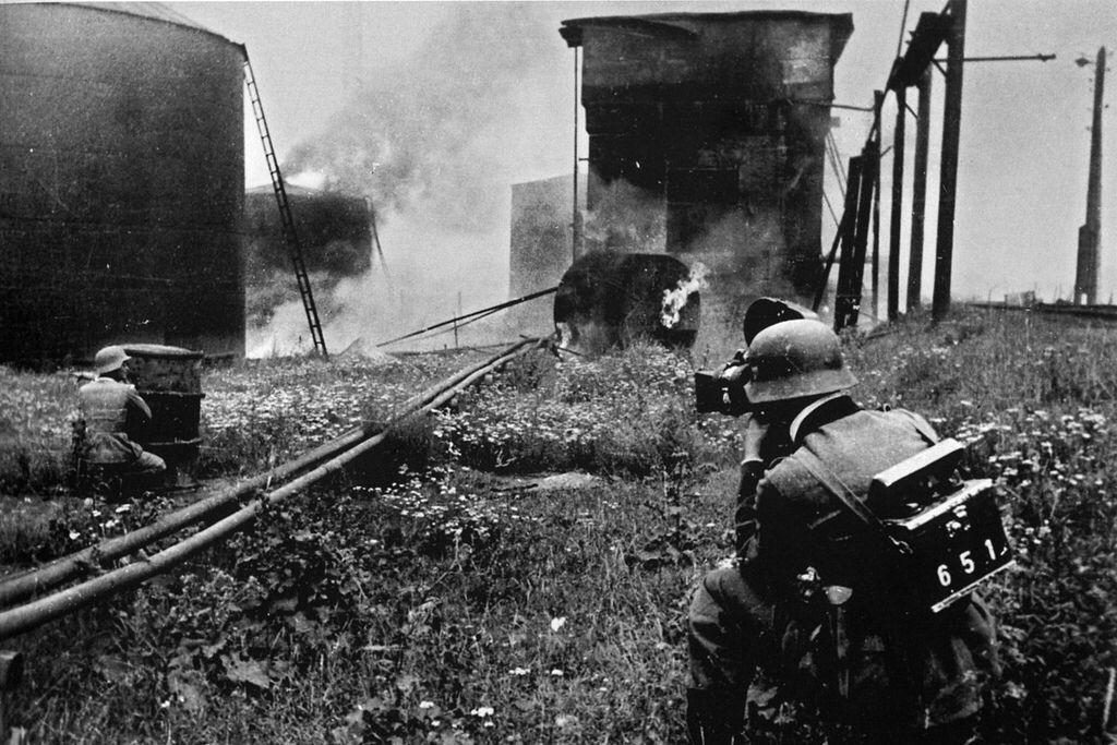 Un reporter de guerre (Kriegsberichterstatter) allemand filme des combats aux abords d'une raffinerie