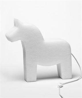 Lite-Horse nennt sich diese verspielte Designer-Leuchte von The Snowroom aus Schweden. Diese Lampe aus Polyester-Gewebe hat die Form eines weißen Pferdes - ein Muss für Pferdeliebhaber! In diese innovative Leuchte aus schneeweißem Polyester-Gewebe dürfen nur Energiesparlampen eingeschraubt werden!