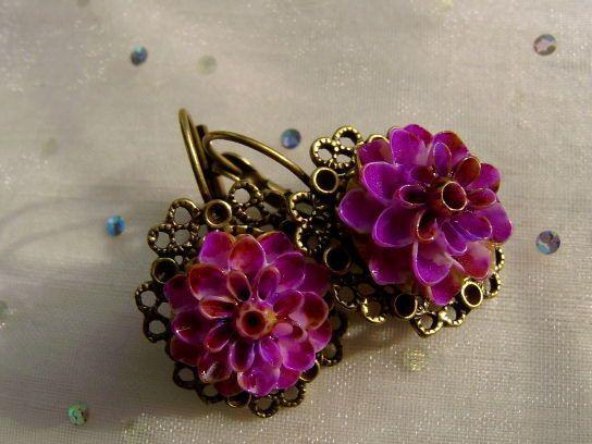 Diese Ohrringe mit Blüten in pink kombiniert der goldigen Bronze bringen den Frühling zu dir.  Frische Farbe als romantischer Ohrschmuck, pink und ros