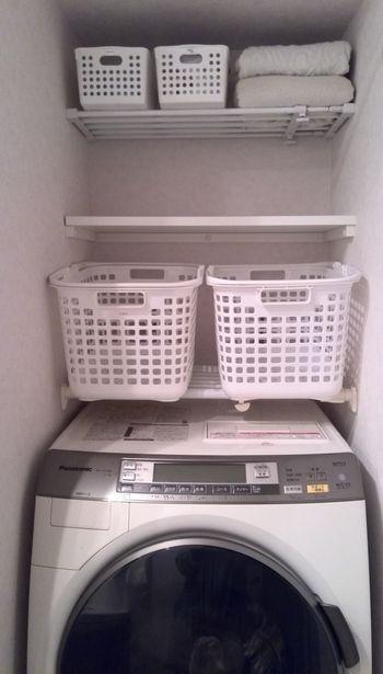 「洗濯機」の上も立派な収納空間。「ランドリーかご」や「洗剤」の置き場として使えます。「収納かご」は中身の目立たない
